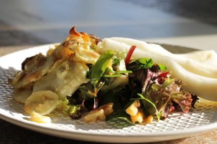 pastinaak-bleu-dauvergne-gratin-met-gebakken-uien-salade-peer-en-walnoten