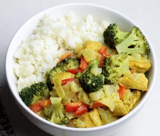 Kip-groentecurry met bloemkoolrijst