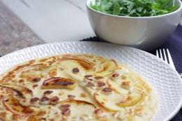Pannenkoek met appel, geitenkaas, pijnboompitten, honing en rucola