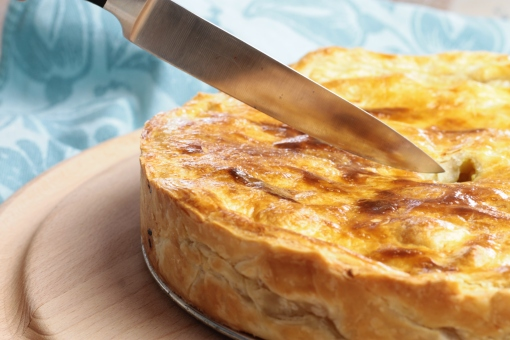 Hartige taart met kip, kerrie en appel