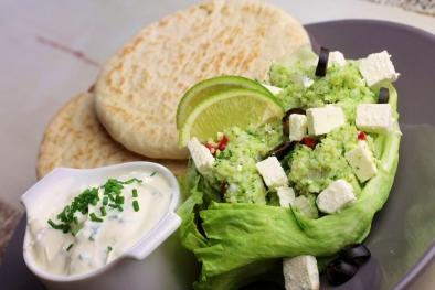 Broccolicouscous met bieslook-yoghurtsaus en pitabroodjes