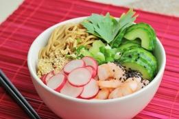 Noodle bowl met garnalen en radijs