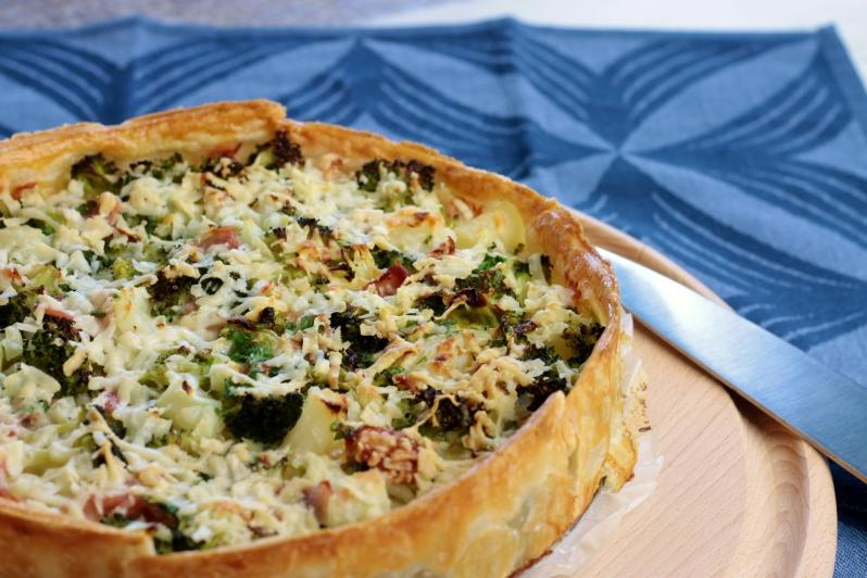 Hartige taart met asperges, broccoli en bacon