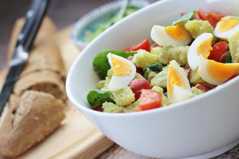 Zoete aardappelsalade met groene pesto