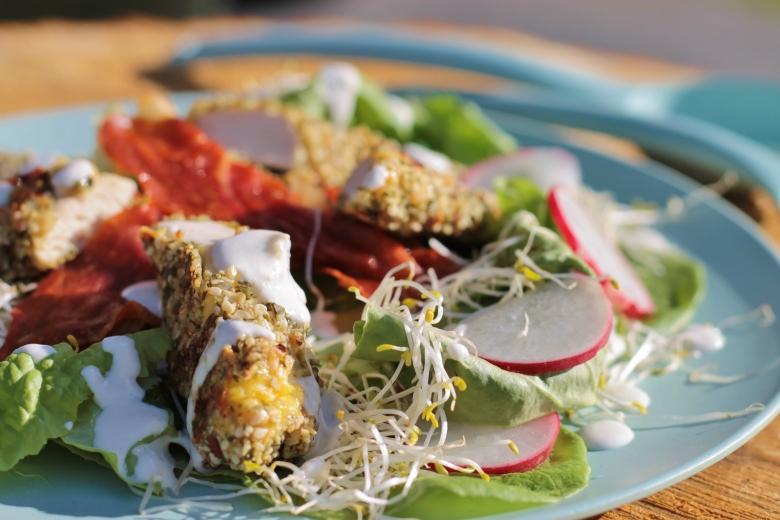Salade met krokante zonnebloempit-kipreepjes en radijs