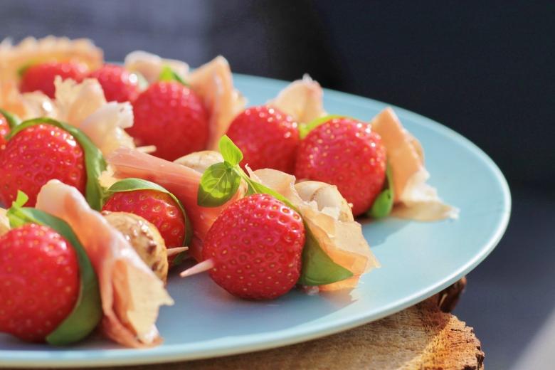 Gemarineerde mozzarella-aardbei prikkers
