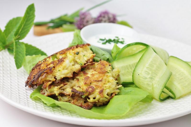 Courgette-rijstkoekjes met salade