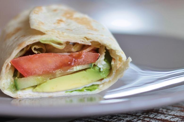Gevulde wrap met crème fraîche, kipfilet en avocado