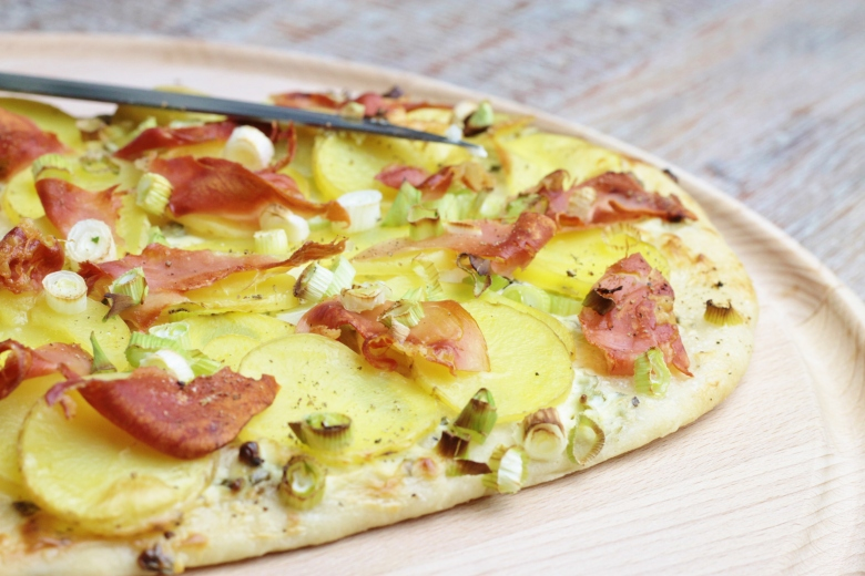 Flammkuchen met aardappel, lente-uitjes & Italiaanse ham