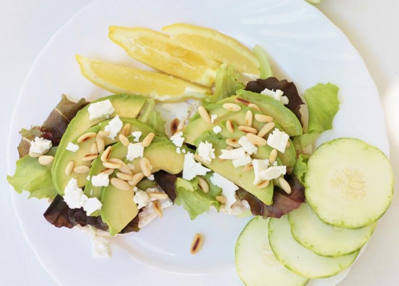 Rijstwafels met avocado, feta en geroosterde pijnboompitten