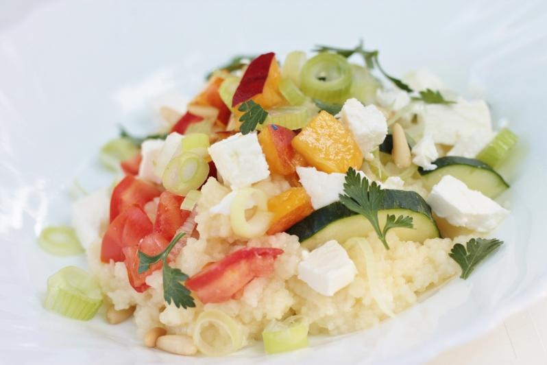 Couscous salade met feta, nectarine, tomaat en geroosterde pijnboompitten