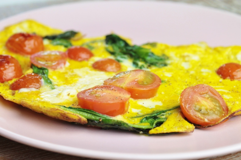 Koolhydraatarm ontbijt - Gebakken eitjes met cherrytomaten en verse spinazie