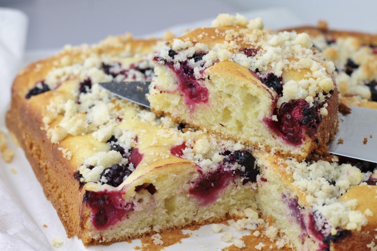 Kruimelplaatcake met bramen & zwarte bessen