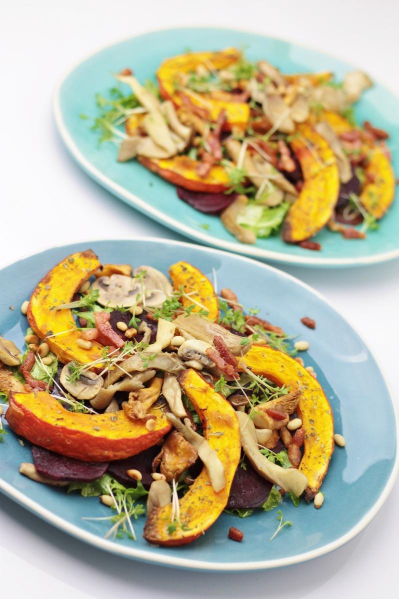 Salade met geroosterde pompoen, rode bieten, gebakken spekjes en gemengde paddenstoelen