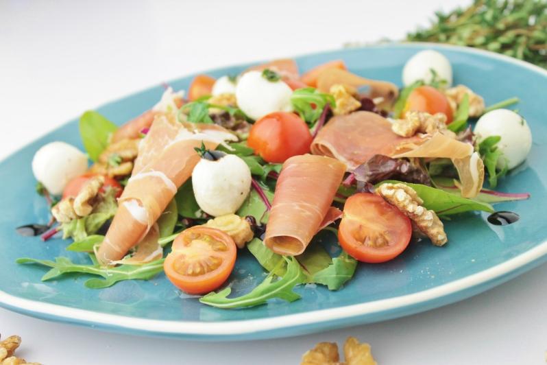 Salade met mozzarella, parmaham, walnoten en balsamico