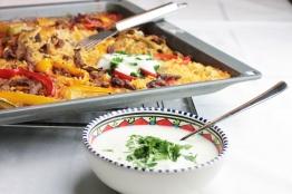 Rijstschotel met biefreepjes en yoghurt van de bakplaat