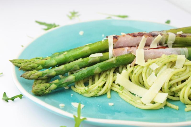 Spaghetti met rucola pesto, gegrilde groene asperges en bacon