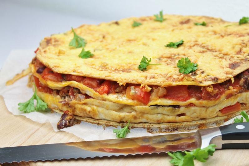 Gegratineerde Mexicaanse Tortillataart met gehakt
