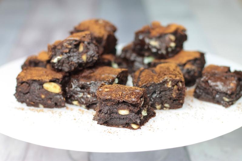 Sticky Brownies met witte chocolade, dadels & amandelen