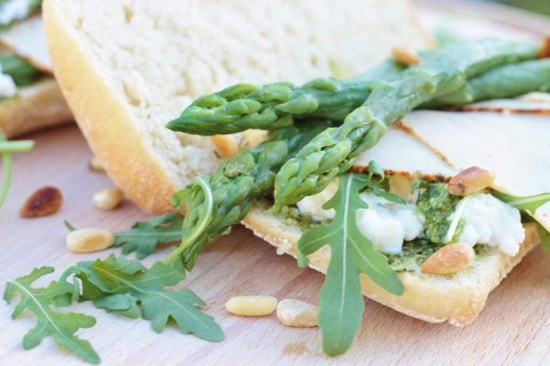 Ciabatta met groene asperges, gerookte kip, groene pesto & ricotta